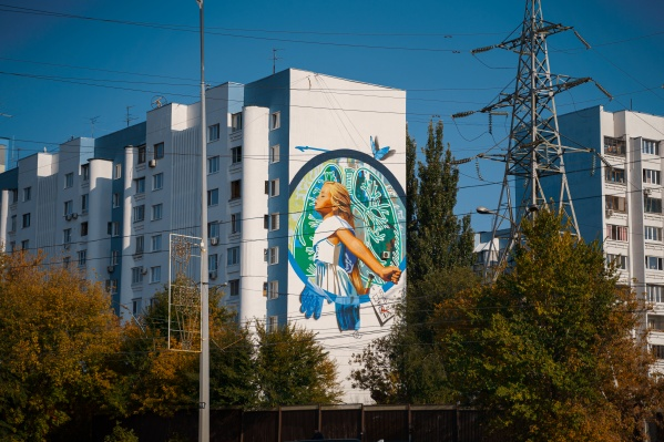 Граффити отлично вписались в общий сине-белый фасад здания