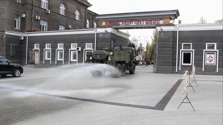 Для дезинфекции от коронавируса: войска РХБЗ залили химией завод «Красный Октябрь»
