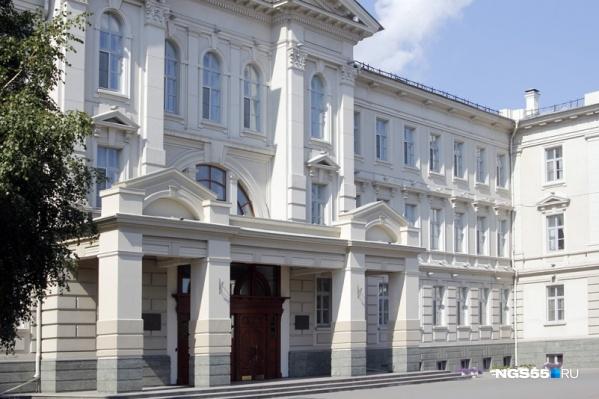 Депутатов омского регионального парламента сейчас проверяют на коронавирус. По официальной версии, кто-то из технического персонала мог подхватить эту инфекцию