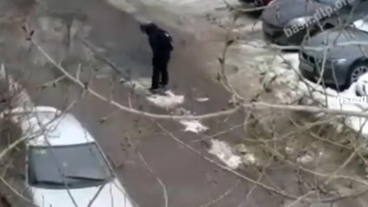 Уфимцы сняли на видео школьника, который сам залатал дорожные ямы