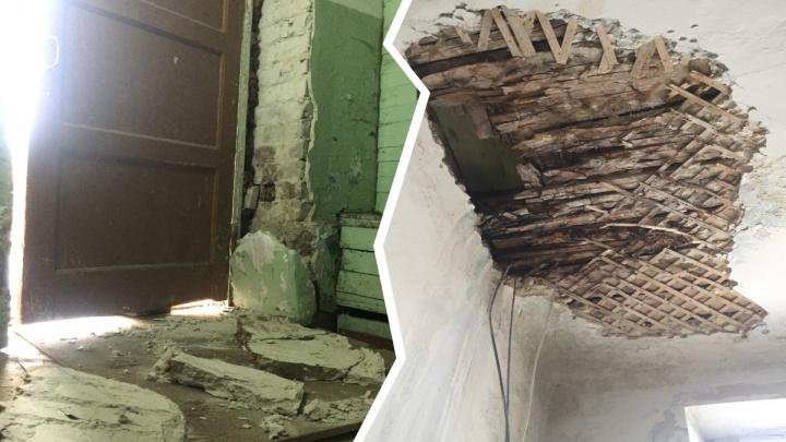 «Запросто прибьёт ребёнка»: в Ярославле по частям разваливается дом