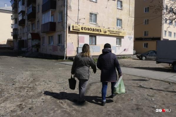 """Недавно фотокорреспондент 29.RU прогулялся по городу и посмотрел, как работают кафе, бары и пивные во время всеобщей самоизоляции — <a href=""""https://29.ru/text/gorod/69267406/"""" target=""""_blank"""" class=""""_"""">смотрите, что он увидел</a>"""