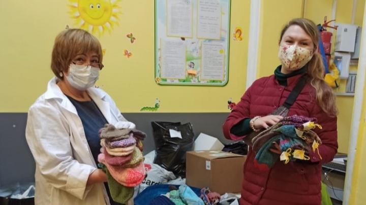 Екатеринбуржцы связали варежки и кофты для женщин, попавших в кризисную ситуацию