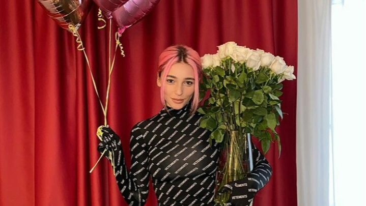 Шампанское с утра, тюльпаны в туалете и Элджей: как Настя Ивлеева зажгла на 8 Марта в Новосибирске