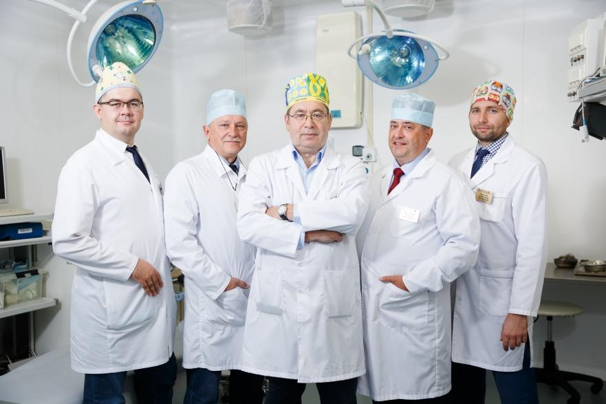 Офтальмологи клиники, в центре — главный офтальмолог УрФО, профессор, д. м. н. Сергей Александрович Коротких<br>