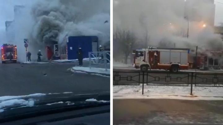 В Пионерском произошел пожар в павильоне с выпечкой. Видео