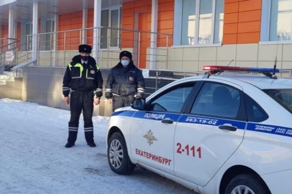 Прапорщики Рустам Гибаев и Роман Коренев довезли малышку до больницы