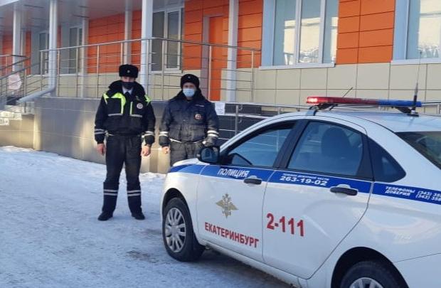 В Екатеринбурге инспекторы ДПС спасли задыхавшуюся девочку, доставив ее в больницу с мигалками