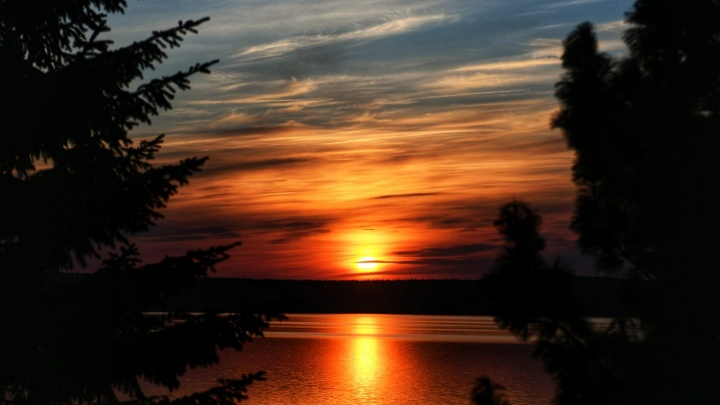 Потрясающие краски заката: публикуем фотографии пылающего неба от читателей E1.RU