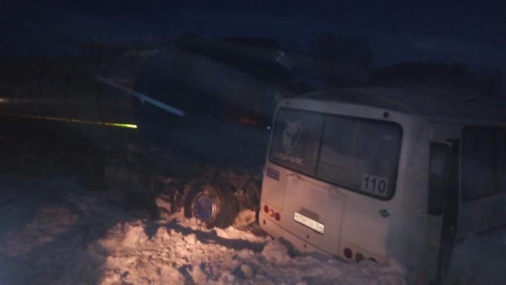 В Новосибирской области столкнулись грузовик и пассажирский автобус: один человек погиб, семь — попали в больницу