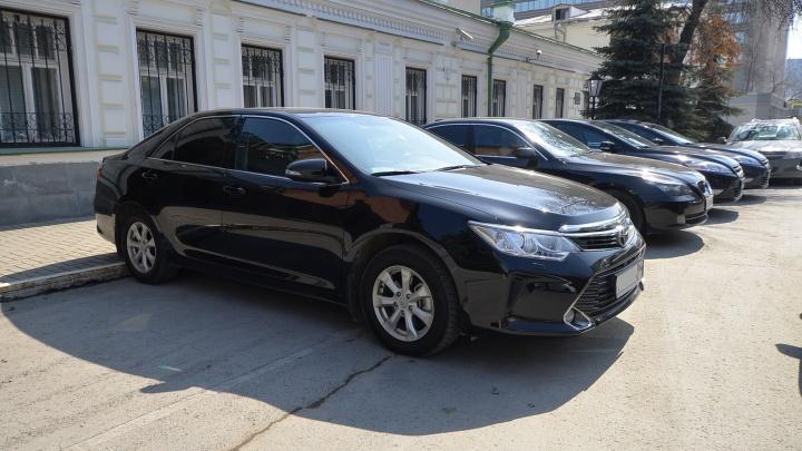 Свердловских чиновников обязали вернуть в салон шикарную машину, купленную за бюджетные деньги