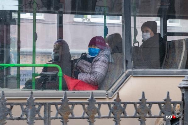 В автобусе теперь надо обязательно надевать маску