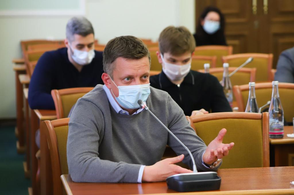 Рестораторы Роман Панченко (в центре) и Сергей Кесельман (слева)