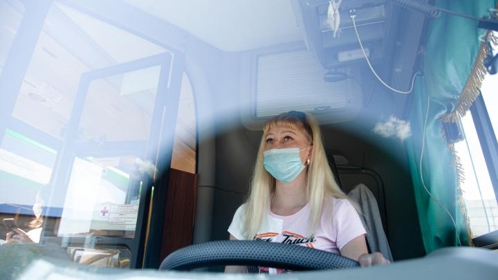 В ЛиАЗе только девушки: блондинка с длинными волосами водит автобус в Челябинске и называет его Умкой