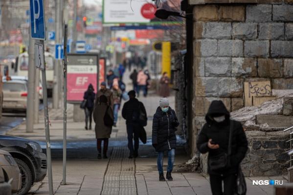 На улицах города много людей
