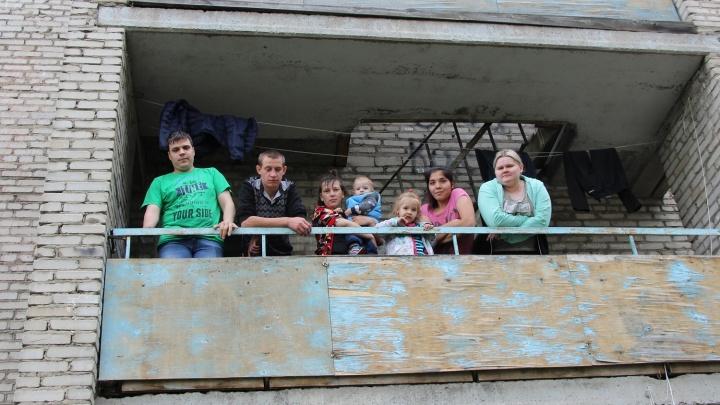 «Кричат нам — эй, коронавирусные!»: полицейские заблокировали общежитие вместе с жильцами