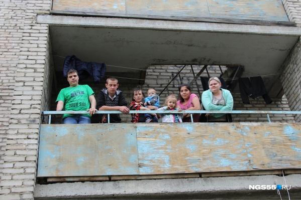 Жильцы общаги коротают время на балконе