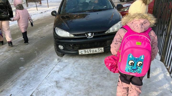 «Яжемать» приехала в школу. Смотрим, как автохамы заставляют чужих детей обходить их машины