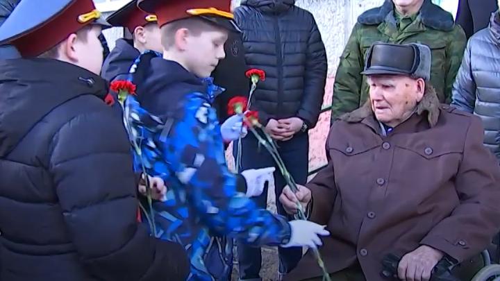 Ветерану Великой Отечественной из Тавды устроили персональный парад под окнами: видео