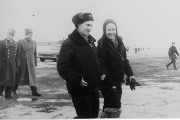 Павел Беляев и Алексей Леонов на аэродроме, март 1965 года