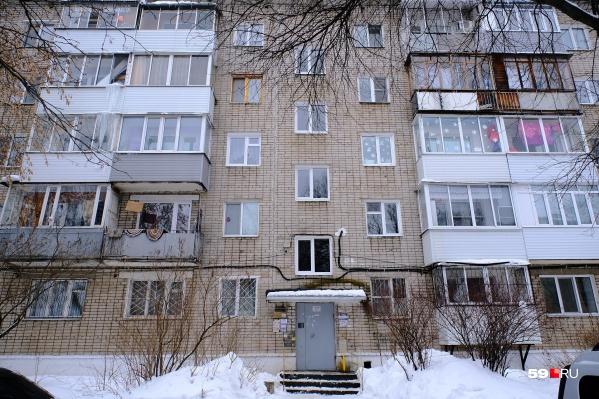 До переезда к доставщице пенсий 88-летняя пермячка жила в собственной квартире в этом доме