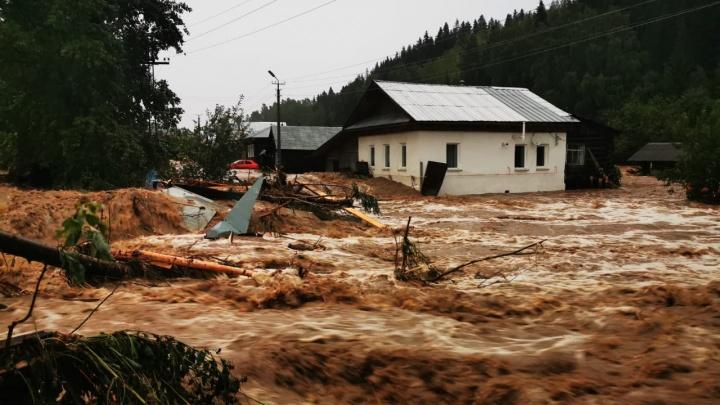 В Нижних Сергах из-за потопа электрики отключили свет во всем городе