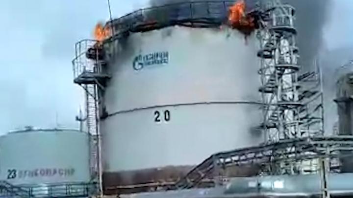 В Башкирии вспыхнул пожар на нефтеперерабатывающем предприятии, очевидец снял видео