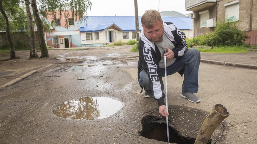 «Яма с человеческий рост»: в ярославском дворе после дождя образовался огромный провал. Фото