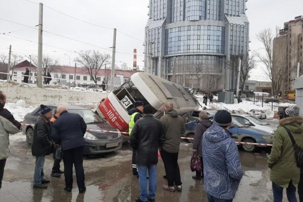 Вагон завалился на несколько машин, к счастью, людей в них не было