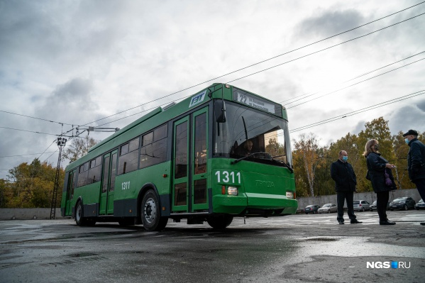 Троллейбус покрасили в зелёный цвет — это цвет всех городских троллейбусов в Новосибирске