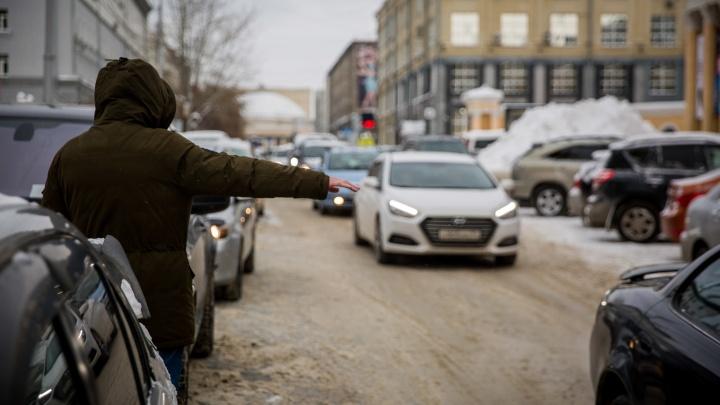 Цены на новосибирское такси подскочили в 2–3 раза — дождаться машину утром и вечером стало очень сложно