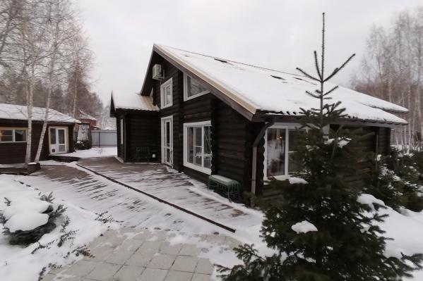 Роскошный двухэтажный дом выполнен в стиле загородной усадьбы