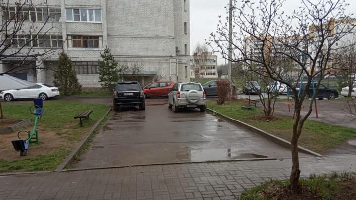 В Ярославле за ночь изуродовали сразу девять машин в одном дворе