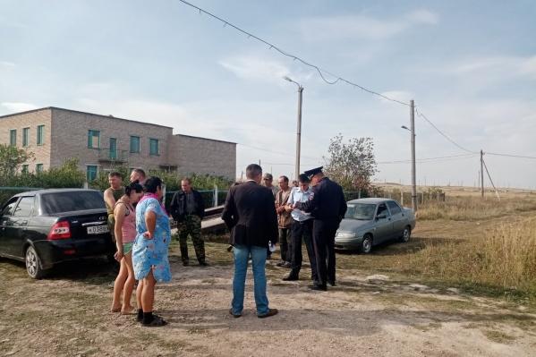 Местные жители вышли узнать, что происходит