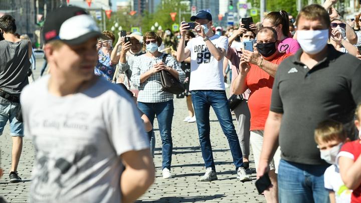«Такие люди провоцируют вспышки заражений»: врачи — о тех, кто 9 Мая собрался в центре Екатеринбурга
