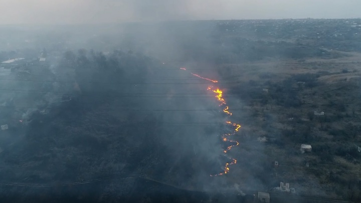 Настоящая огненная река: на севере Волгограда тушат крупный природный пожар