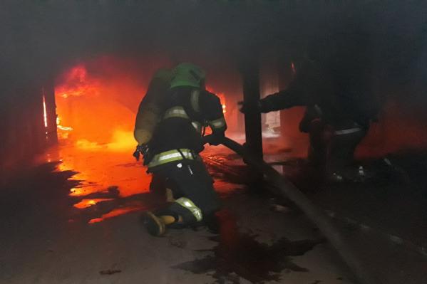 Вот так пожарные тренируются тушить огонь внутри двух контейнеров