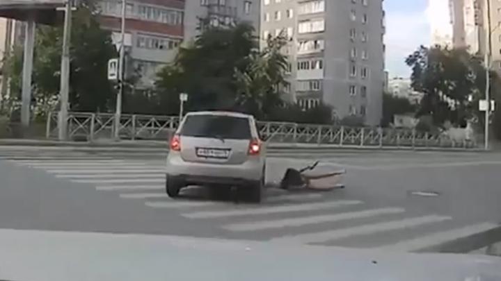 Куда ты рулишь? Показываем, как водитель сбивает молодую девушку на переходе — оба не смотрели друг на друга