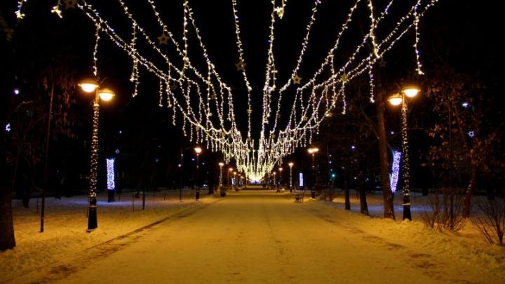 На улицах Перми появились светящиеся новогодние украшения