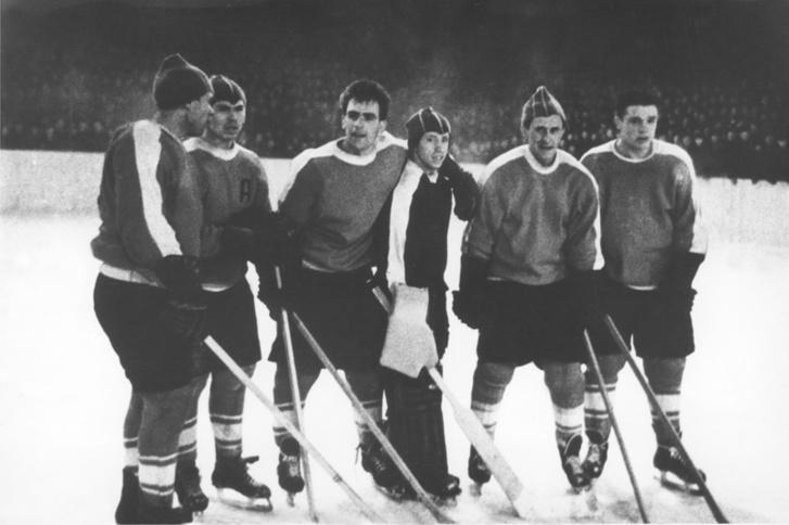 Суровый хоккей того времени: на игроках практически нет защитной амуниции