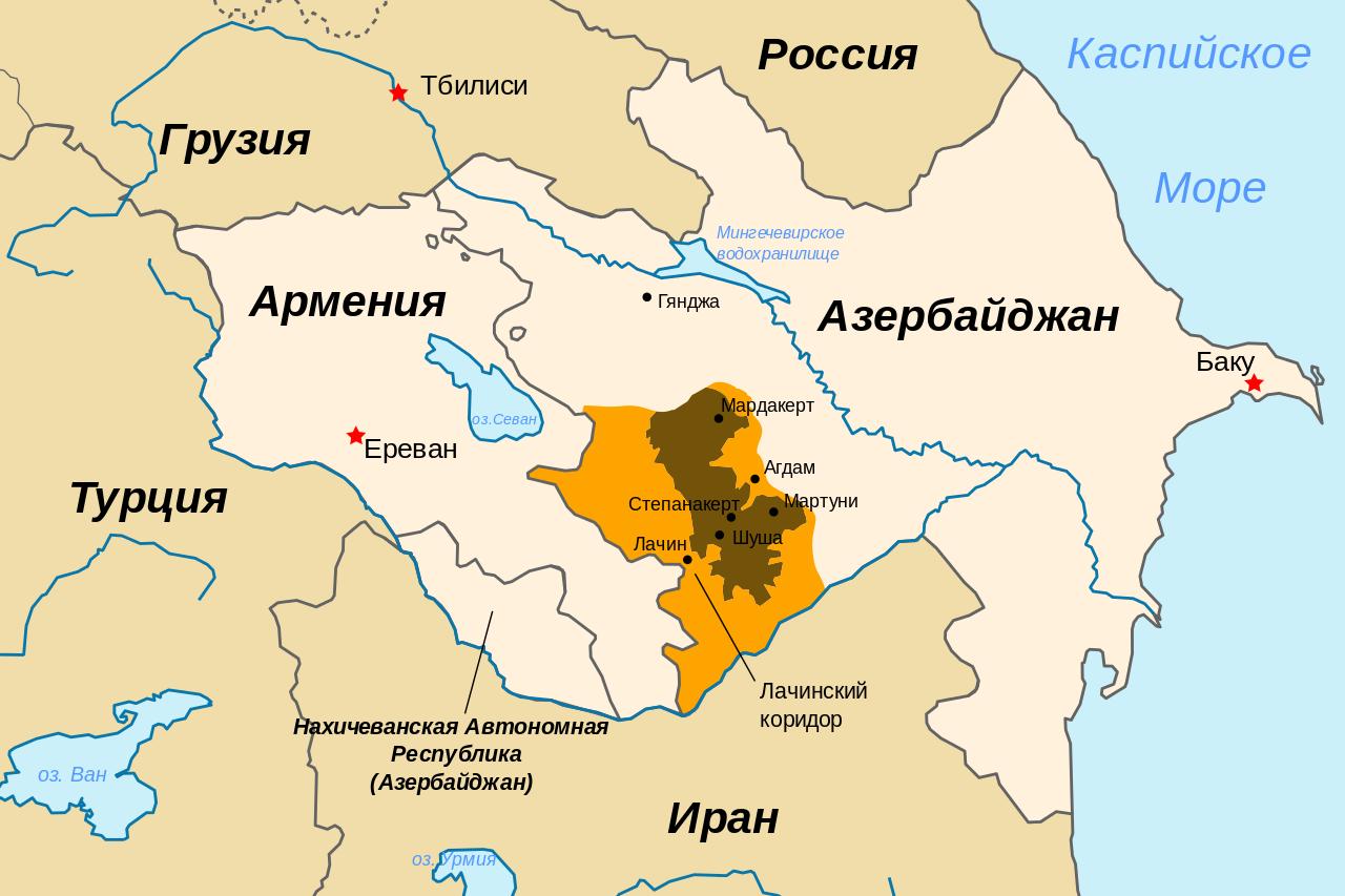 Коричневым выделена территория Нагорного Карабаха, охрой — земли, на которые Карабах претендует