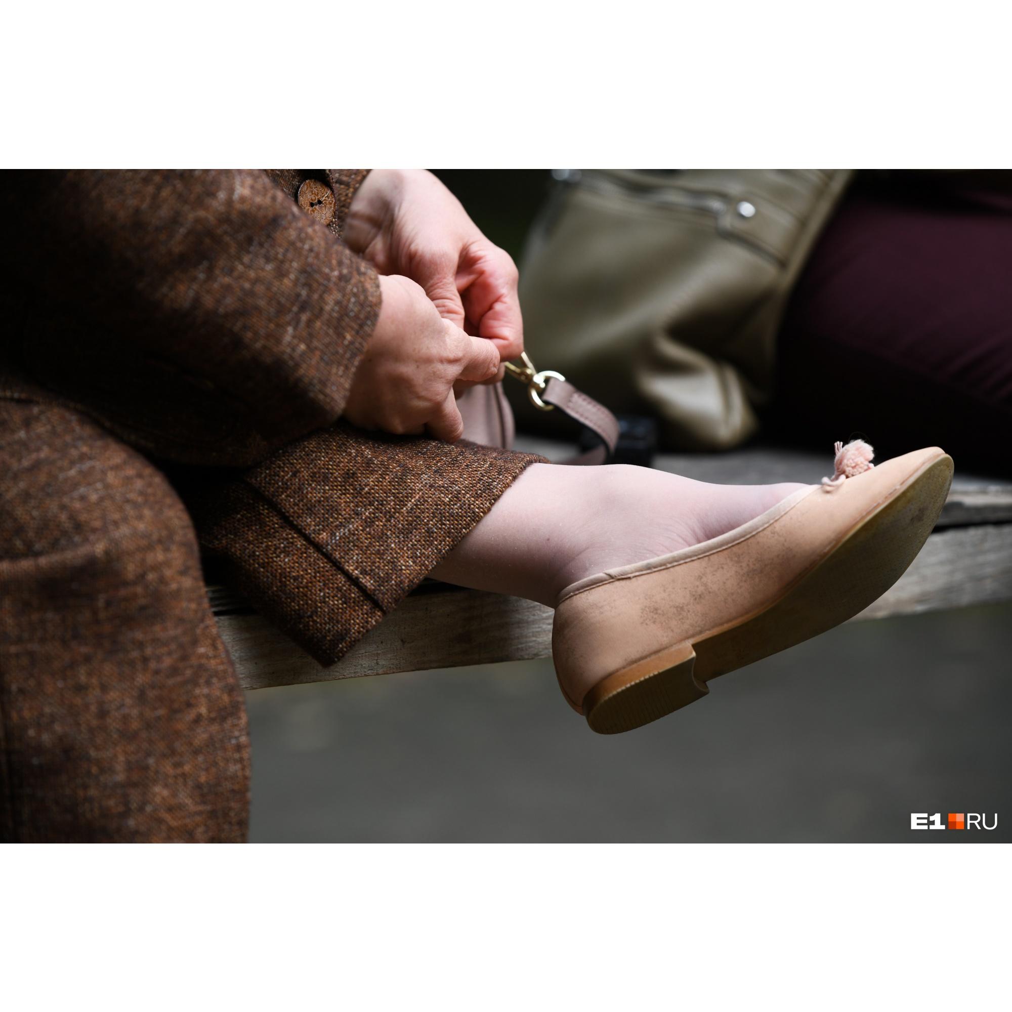 Фасоны нарядов и ткани Екатерина выбирает сама, а шьет их портниха