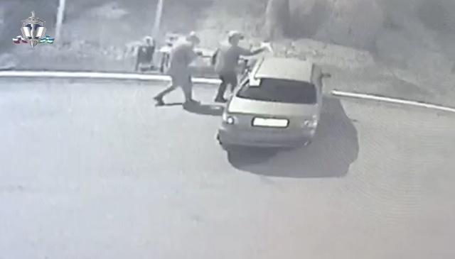 В Башкирии подростки подожгли машину 32-летней женщины, момент попал на видео