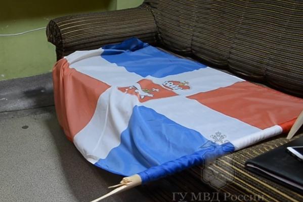 Один из сорванных флагов