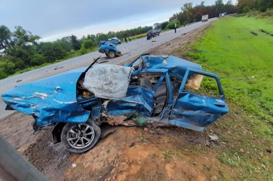 От удара одну из машин разорвало на части