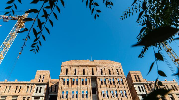«Что здесь строят?»: Омский облсуд переедет в новое здание за 960 миллионов рублей