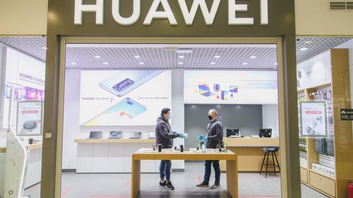 В честь открытия магазина HUAWEI горожан ждут скидки до 3000 рублей на наушники и «умные часы»