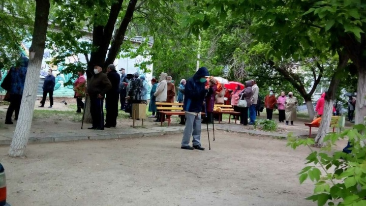 В Волгограде выстроилась очередь пенсионеров за бесплатными масками