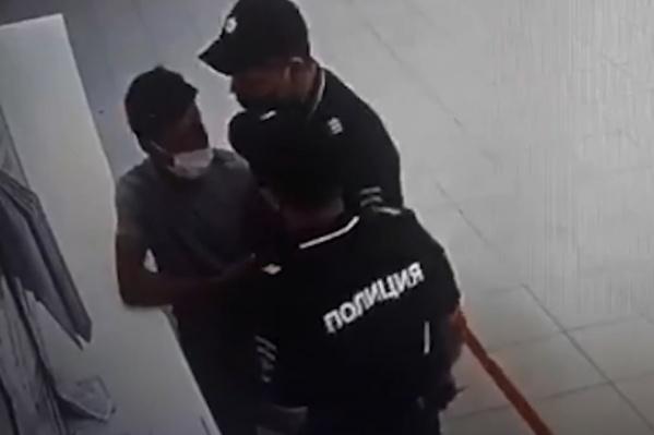 Судя по видео, правоохранители вели себя грубо
