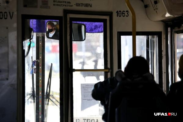 Заходить в общественный транспорт без маски и перчаток запрещено